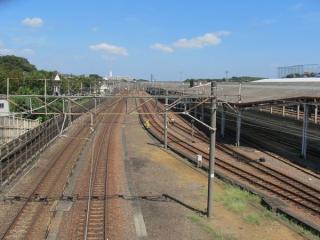 同じ歩道橋から横浜羽沢駅構内を見下ろす。左端の線路が東海道貨物線の上り本線