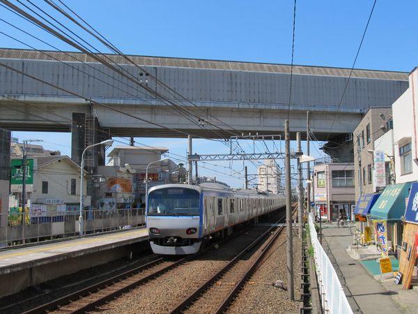 上星川駅の西で相鉄本線の上空を交差する東海道貨物線