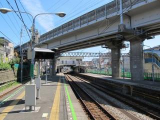 西谷駅ホーム。上を通るのは東海道新幹線。
