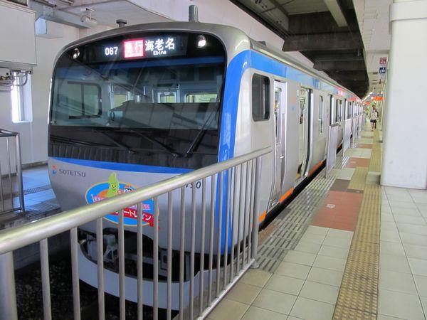 横浜駅に停車中の11000系。先頭車のドア位置が異なるため、ホームの転落防止柵の移設が行われた。