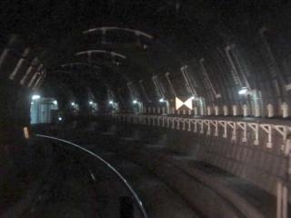 天王洲アイル駅のホームが見えてくるとカーブ半径が800mになる。