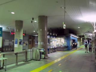 地下1階の改札口。訪問時は節電のため照明が最小限となっており暗かった。
