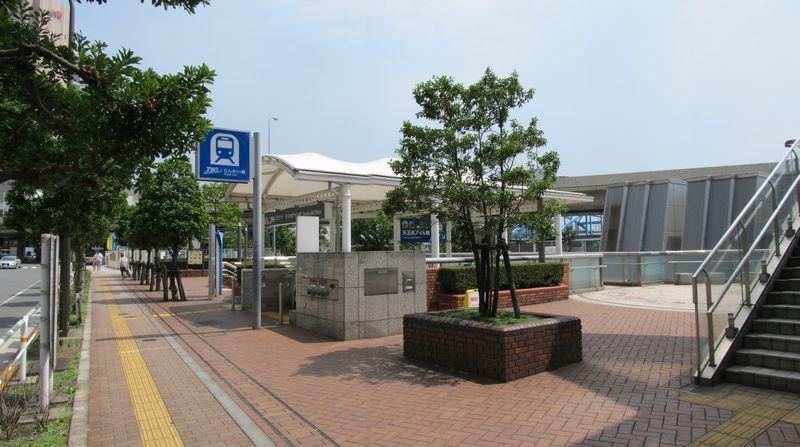 りんかい線天王洲アイル駅A出入口。出入口の右後方にある台形状の物体は換気塔。