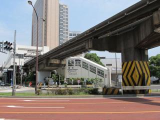 山手通りの反対側にある東京モノレール天王洲アイル駅の入口。羽田空港方面ホームのみに通じる。