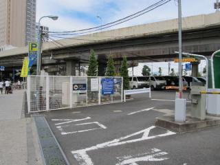 首都高速の高架脇にある駐車場。陥没事故は中央やや左の橋脚下で発生した。