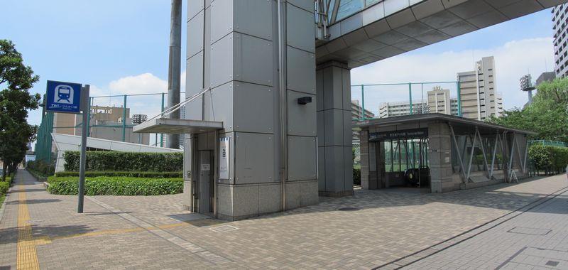 りんかい線天王洲アイル駅B出入口とエレベータ。エレベータは2階のスカイウォークにも通じる。