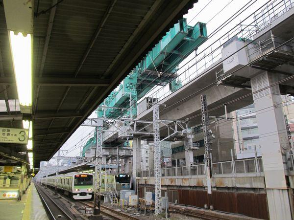 神田駅の真上まで進んできた縦貫線の架設機