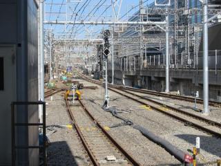 東海道線ホームの先は留置線の機能を停止してポイントを交換している。