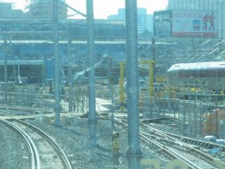 右の謎の線路は直進して工事エリアに突入。斜めに交差するもう1本の線路は10番線に通じる。<br />
