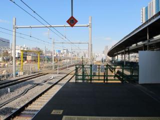 ホーム端から東京方面を見る。右側に続くのは使用停止となった旧11・12番線ホーム。