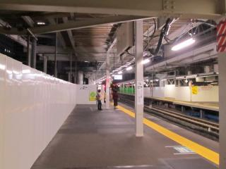 11・12番線横浜寄りの延長部分で開始された階段の増設工事(2011年10月30日)