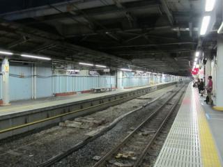 横須賀線ホーム13番線から見た旧12番線の撤去跡。