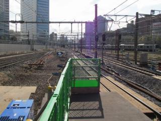 11・12番線のホーム端から横浜方面を見る。