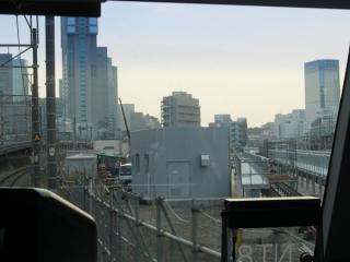 東海道線下り列車から見た旧東京期間区跡地。新しい車両基地の洗浄台の設置が進む。