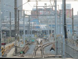 東海道線下り線の品川駅入口。直進する12番線の軌道敷設が開始された。