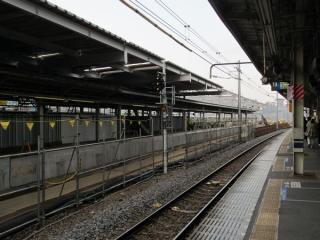 旧11・12番線の東京寄りはホームの一部が撤去され、残存部分には新しい屋根の設置が進む。