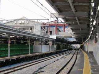 橋上駅舎に接続する新設中の階段。左の線路は昨年10月に使用が再開された10番線(湘南ライナー専用ホーム)