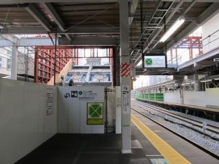 11・12番線横浜寄りの延長部分で開始された階段の増設工事(2012年3月3日)