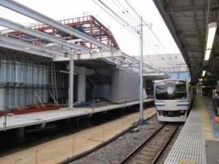 横須賀線ホーム13番線から見た新設中の階段