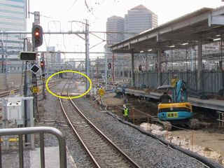 横須賀線ホーム13番線から横浜方面を見る。黄色い丸で囲んだ部分にあった分岐器が撤去・新設。