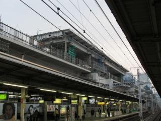 架設機の後方には組み立て途中の橋桁が仮置きされていた。