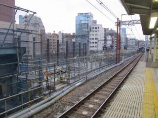佐久間通り架道橋の先では縦貫線の高架橋へ向けて高架橋のかさ上げ工事が進行中。