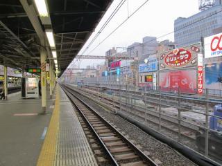 御徒町駅ホームから上野方面を見る。奥では防音壁の一部が完成している。