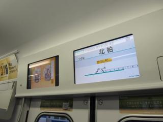 乗降ドア上部にある液晶ディスプレイ。右側もアニメーション表示が可能となった。