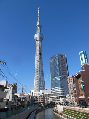 東方、西十間橋から東京スカイツリーを望む。手前に重なるのが「東京スカイツリーイーストタワー」。
