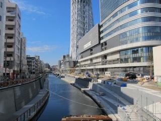 建設が進む東京スカイツリータウンと護岸の整備が進む北十間川。