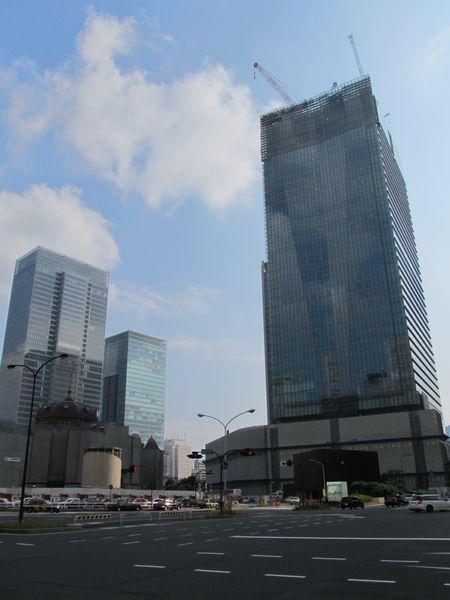 建設が進むJPタワーと復原が進む丸の内赤レンガ駅舎