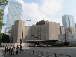 現在の丸の内赤レンガ駅舎。頂部の足場が外され、復原されたドーム屋根が姿を現した。
