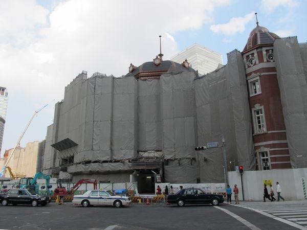 丸の内南口はドーム脇の足場が取り外され、側面の一部が見えていた。屋根の黒い部分がスレートで、その一部は東日本大震災で被災したものも含まれている。