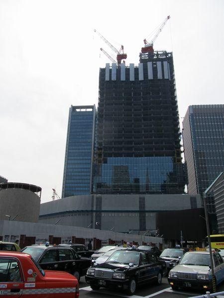 東京中央郵便局旧局舎の背後で建設が進むJPタワー。