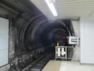 新木場方のホーム端からシールドトンネルを見る。