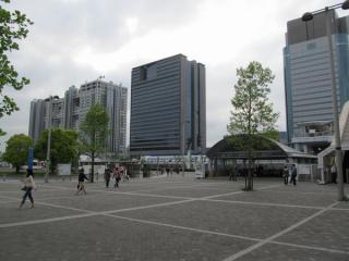 右下にあるのが東京テレポート駅A出入口。背後にフジテレビなどの高層ビルが並ぶ。
