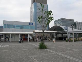 東京テレポート駅B出入口と東京臨海高速鉄道本社。