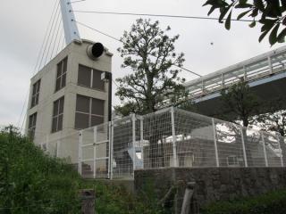 新木場側の駅端にある換気塔。右上にあるのがテレポートブリッジ。