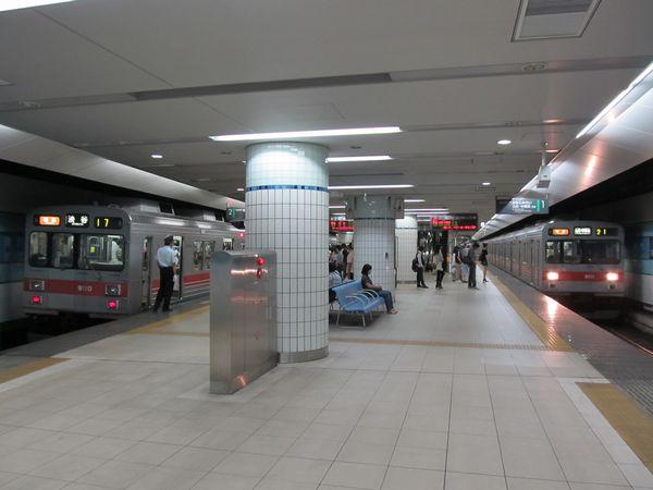 東横線横浜駅。ホーム両端の点字ブロックが途切れた部分から手前が延伸部分。