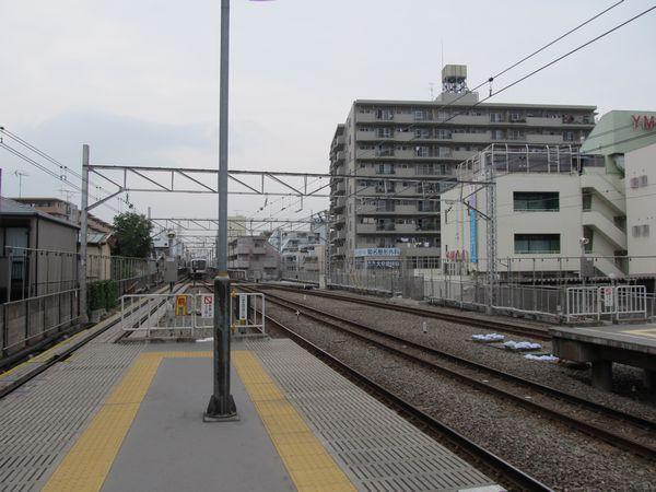 まもなく延長部分のホームの構築が開始されるであろう菊名駅渋谷方。