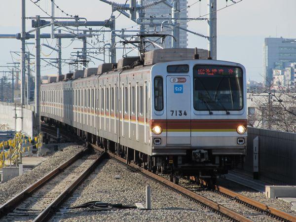 副都心線対応化時に8両編成となった東京メトロ7000系。2011年1月9日、西武池袋線石神井公園駅で撮影