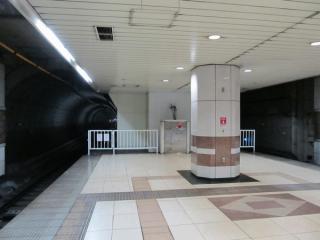 日本大通り駅のホーム渋谷方。白い柵と壁の間のわずかな空間もホーム延長スペース。