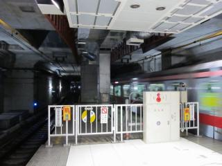 元町・中華街駅の渋谷方。天井部分の内装を構築中。