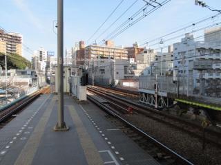 目黒川上に張り出したホーム渋谷方。高架橋を拡幅してホーム延長を行う予定。