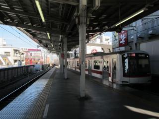 ホーム延長工事が完了した学芸大学駅渋谷方。屋根もホーム端まで延長された。