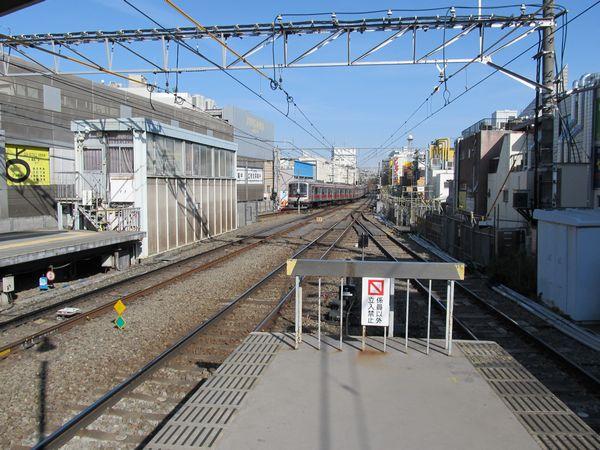 盛土高架を拡幅中の自由が丘駅渋谷方。