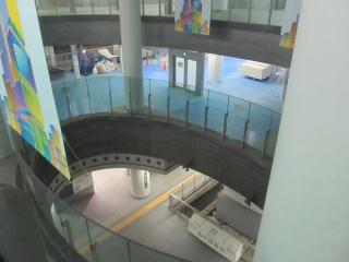改札口の吹き抜けから下階を見下ろす。地下4階も資材置き場になっている。