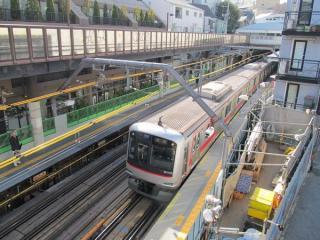 代官山駅構内を駅上空をまたぐ歩道橋から見下ろす。