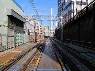 同じ踏切から渋谷方面を見る。
