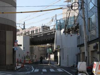 低地の降りた後の高架橋。高架下はすべて板や幕で覆われており、内部を見ることは出来ない。